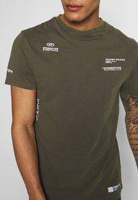 STEREOTYPE - ACID TEE - T-shirt con stampa - khaki - 4