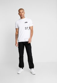STEREOTYPE - INSTRUCTIONS TEE - Triko s potiskem - white - 1