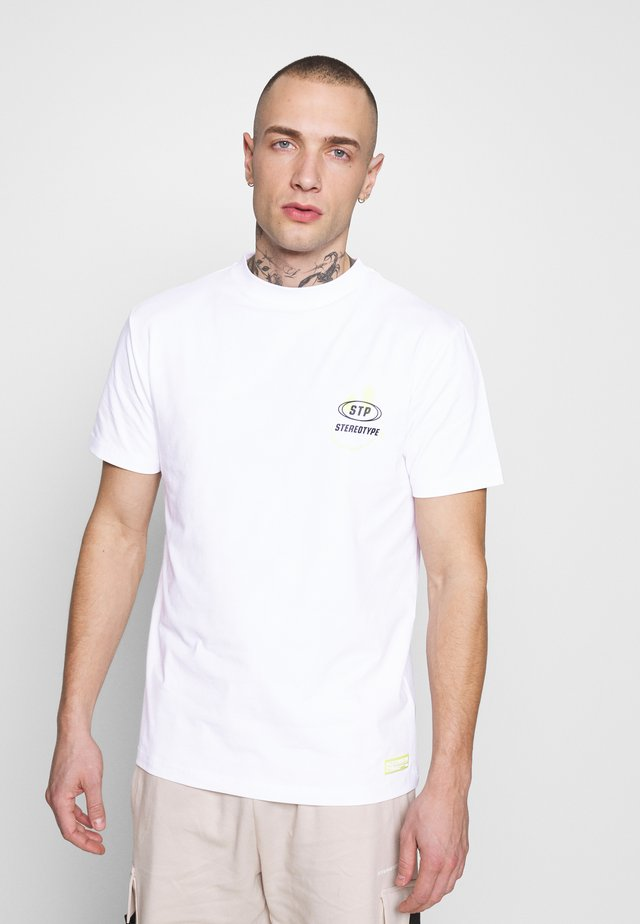 STEREOTYPE HAPPY - Print T-shirt - white