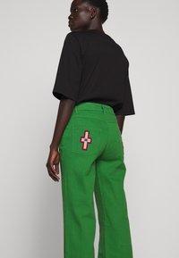 Stieglitz - EVITA PANTS - Flared Jeans - green - 4