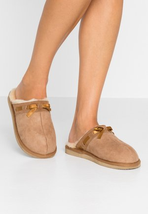 ANNE - Slippers - chestnut