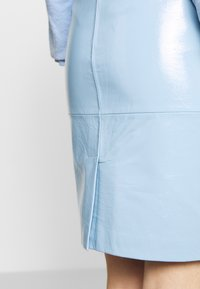 2nd Day - CECILIA - Pencil skirt - patent light blue - 4