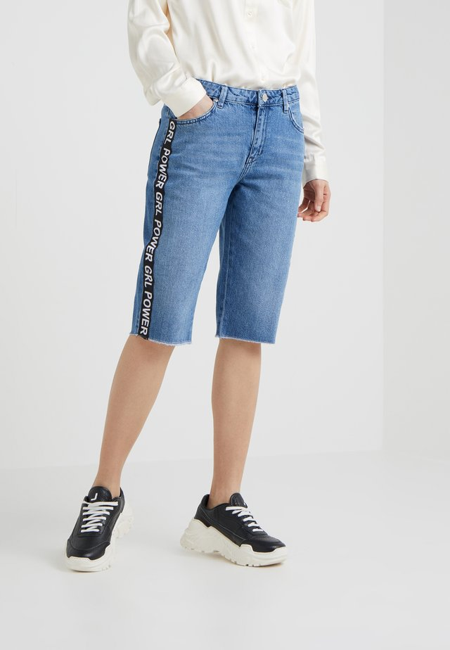 FINLEY TAPE - Short en jean - blue denim