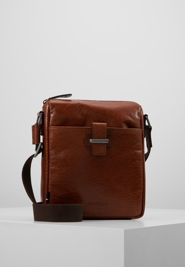 SUTTON SHOULDERBAG - Skuldertasker - cognac