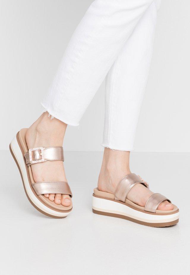 AGUSTINE - Pantofle na podpatku - champagne
