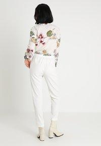 Stefanel - PANTALONE DETTAGLI PIEGHE - Spodnie materiałowe - off white - 2