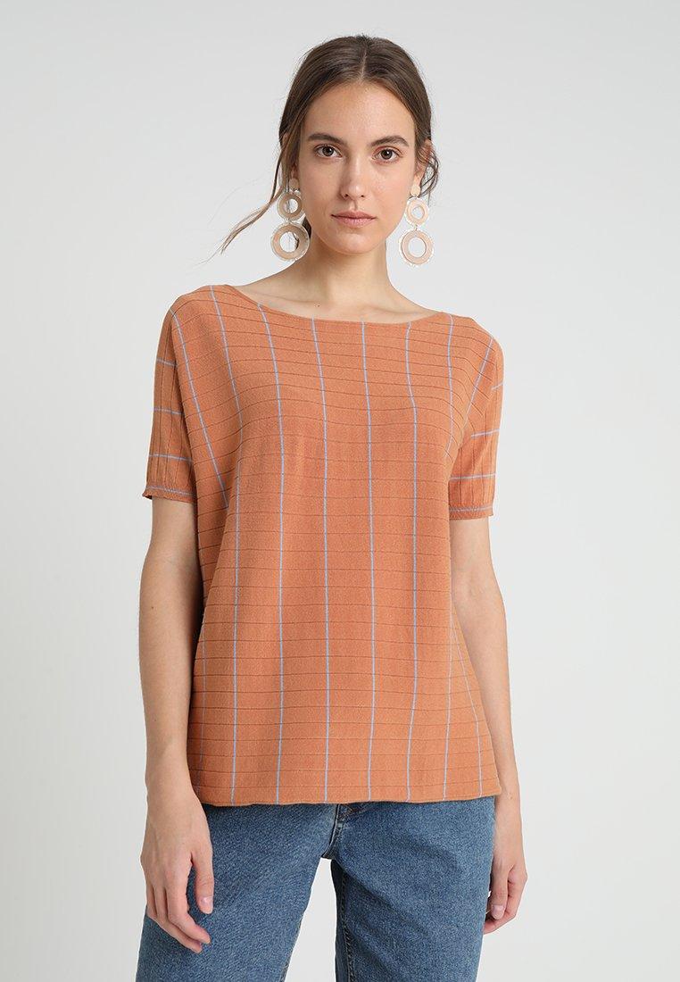Stefanel - MAGLIAM SCOLLO BARCHETTA - Print T-shirt - caramel