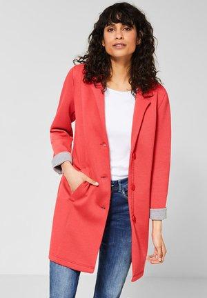 MIT PIQUÉ-STRUKTUR - Short coat - red