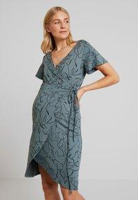 Supermom - DRESS LINES - Žerzejové šaty - balsam green - 0