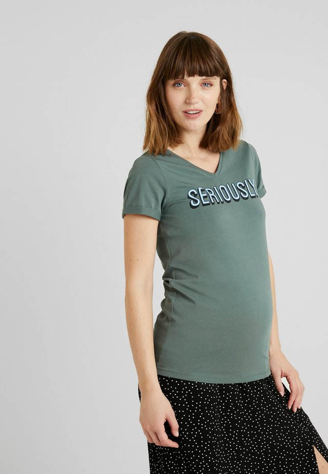 TEE SERIOUSLY - T-shirt med print - balsam green