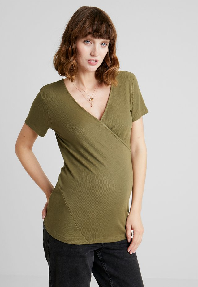 TEE CROSSED - Triko s potiskem - burnt olive
