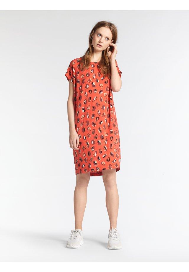 MIT PRINT - Day dress - koralle