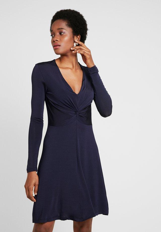 ELSI SHORT DRESS - Žerzejové šaty - night sky