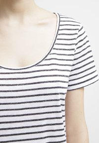 Samsøe Samsøe - NOBEL TEE STRIPE - T-shirts med print - black - 4