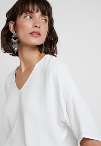 Samsøe Samsøe - MAINS V NECK - Bluzka - clear cream - 4
