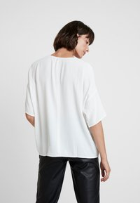Samsøe Samsøe - MAINS V NECK - Bluzka - clear cream - 2