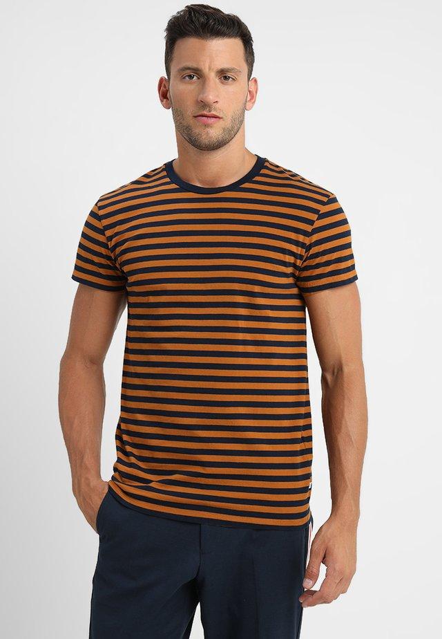 PATRICK - T-shirt med print - caramel/blue