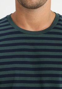 Samsøe Samsøe - PATRICK - T-shirt z nadrukiem - dark spruce blue - 3