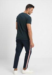 Samsøe Samsøe - PATRICK - T-shirt z nadrukiem - dark spruce blue - 2