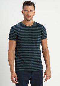 Samsøe Samsøe - PATRICK - T-shirt z nadrukiem - dark spruce blue - 0