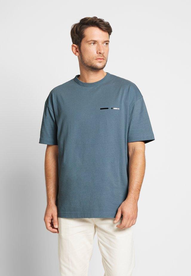 TOSCAN  - T-shirt med print - blue mirage