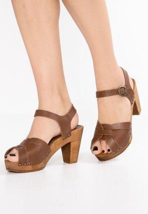 FARINA PLATEAU FLEX - Zuecos - mid brown