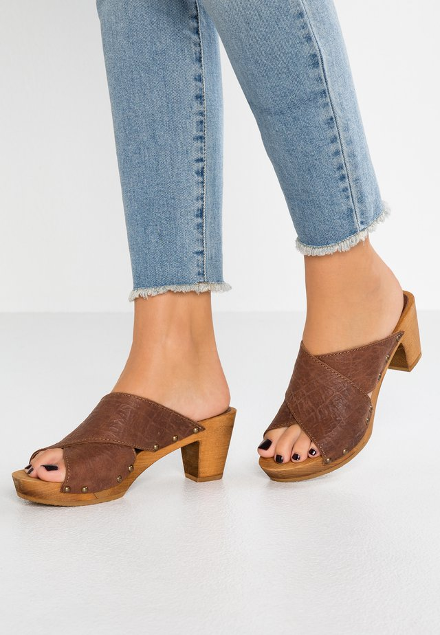 VILMA SQUARE FLEX - Clogs - cognac