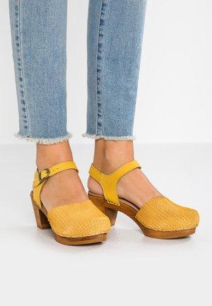 LISA SQUARE - Clogs - yellow