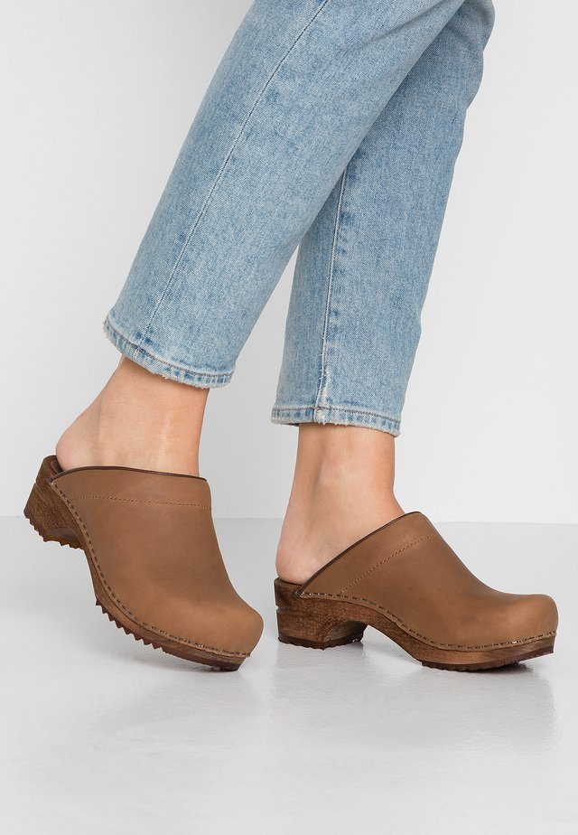 CHRISSY OPEN - Clogs - cognac