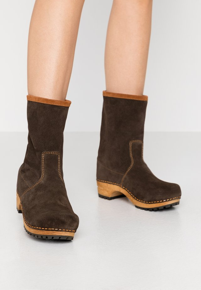 HULOLA BOOT - Platform ankle boots - coffee/cognac