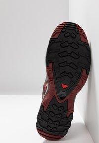 Salomon - XA PRO 3D GTX - Chaussures de running - deep claret/syrah/coral almond - 4