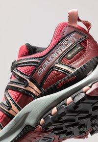 Salomon - XA PRO 3D GTX - Chaussures de running - deep claret/syrah/coral almond - 5