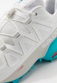 Salomon - SPEEDCROSS 5 - Obuwie do biegania Szlak - white/bluebird - 5