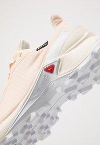 Salomon - ALPHACROSS GTX - Neutrální běžecké boty - bellini/vanilla ice/white - 5