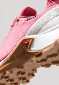 Salomon - ALPHACROSS GTX - Neutral running shoes - garnet rose/white - 5