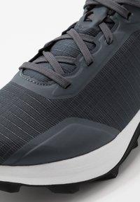 Salomon - ALPHACROSS - Zapatillas de trail running - india ink/white/black - 5
