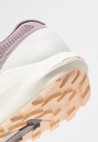Salomon - SENSE RIDE 3 - Běžecké boty do terénu - quail/vanilla ice/bellini - 5