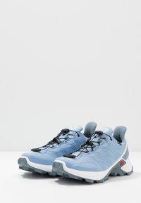 Salomon - SUPERCROSS GTX - Zapatillas de trail running - forever blue/white/flint stone - 2