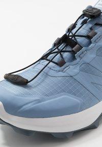 Salomon - SUPERCROSS GTX - Zapatillas de trail running - forever blue/white/flint stone - 5
