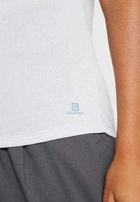 Salomon - COMET CLASSIC TEE - T-shirt z nadrukiem - lunar rock - 4
