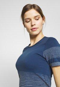 Salomon - ELEVATE MOVE ON TEE - Print T-shirt - dark denim - 3