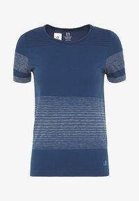 Salomon - ELEVATE MOVE ON TEE - Print T-shirt - dark denim - 4