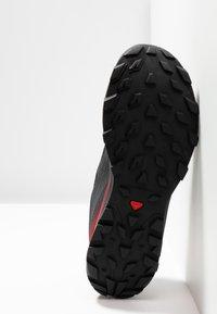 Salomon - OUTLINE - Chaussures de marche - ebony/red dahlia/frost gray - 4
