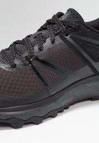 Salomon - TRAILSTER - Zapatillas de trail running - phantom/black/magnet - 5