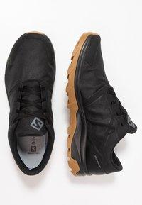 Salomon - OUTBOUND GTX - Zapatillas de senderismo - black - 1