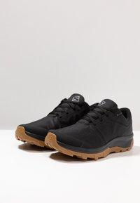 Salomon - OUTBOUND GTX - Zapatillas de senderismo - black - 2
