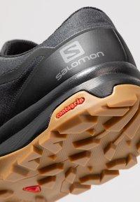 Salomon - OUTBOUND GTX - Zapatillas de senderismo - black - 5