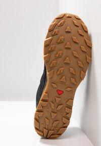 Salomon - OUTBOUND GTX - Zapatillas de senderismo - black - 4