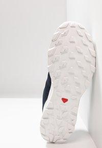 Salomon - OUTBOUND - Hiking shoes - navy blazer/white - 4