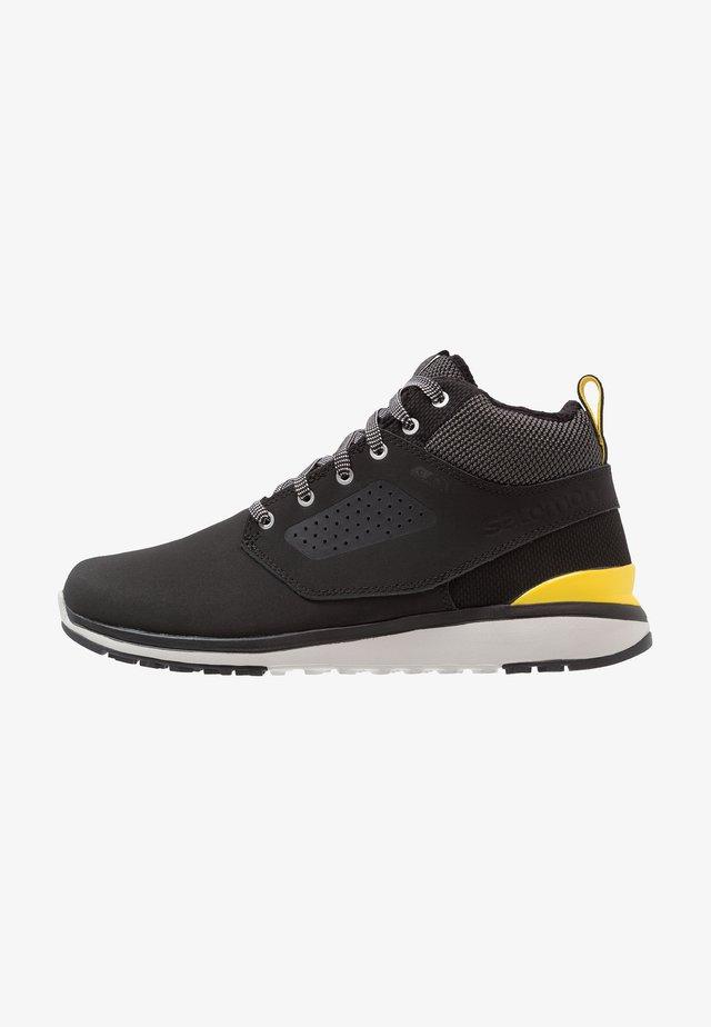 UTILITY FREEZE CS WP - Botas para la nieve - black/empire yellow